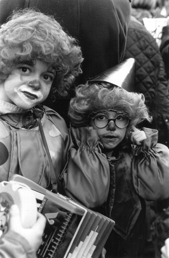 2 enfants déguisés en clowns pour le Carmentran carnaval de la paille d'Aurillac 1996.