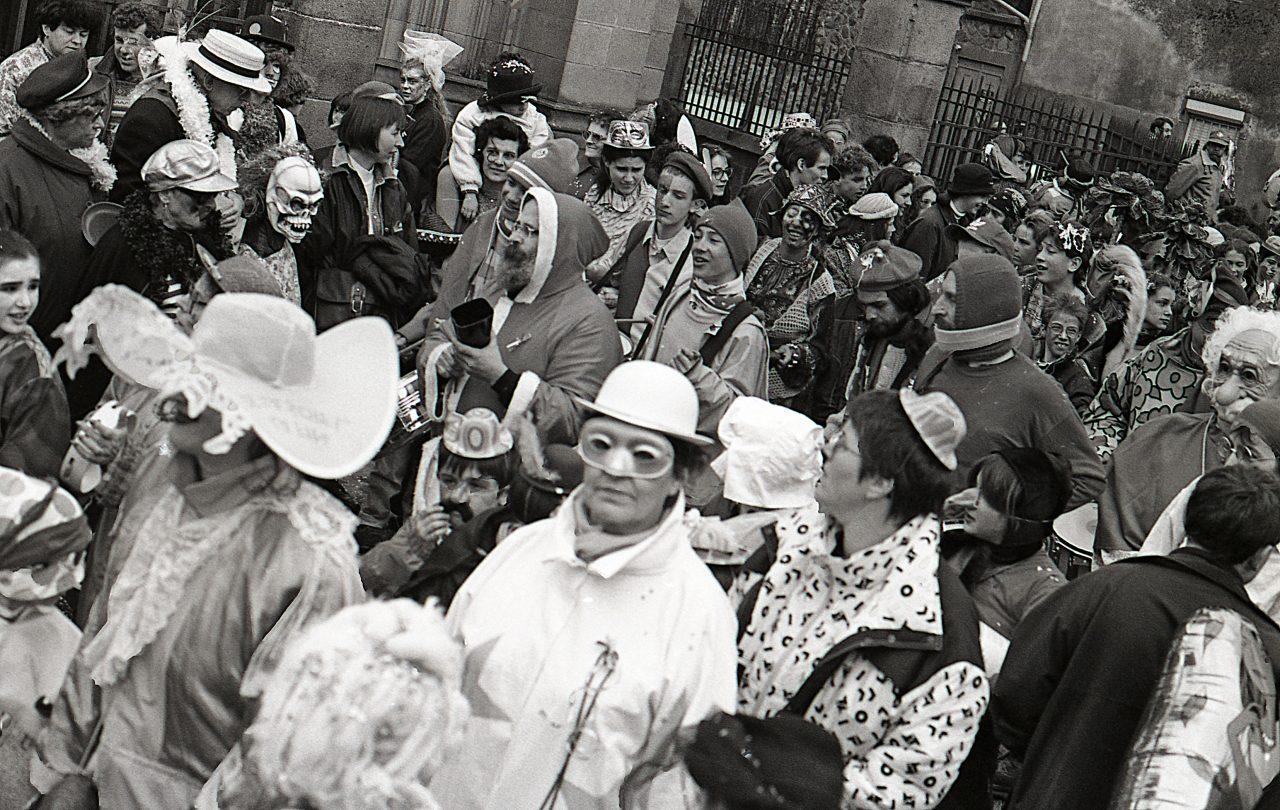Vue d'ensemble du cortège du Carmentran carnaval de la paille d'Aurillac 1996.