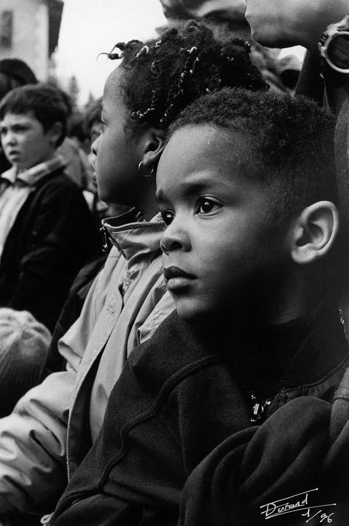 Les spectateurs sont nombreux et les enfants ont les yeux émerveillés plein de magie, Carmentran carnaval de la paille d'Aurillac 1996.