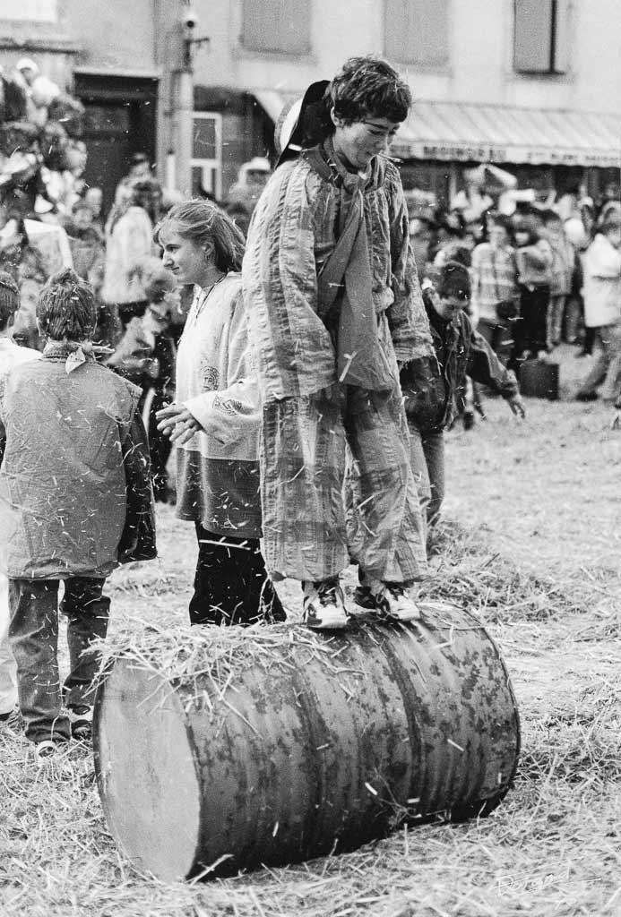 Bataille de paille c'est le moment de grand défouloir, Carmentran carnaval de la paille d'Aurillac 1996.