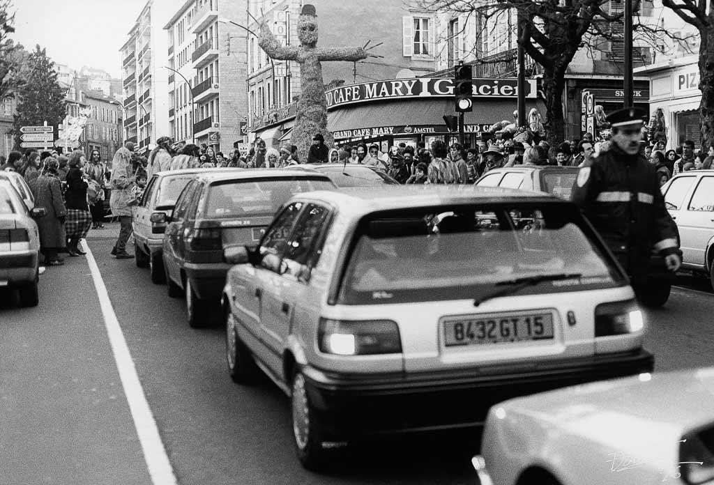 Le roi carnaval traverse la ville et rien ne peut s'opposer à son passage, Carmentran carnaval de la paille d'Aurillac 1996.