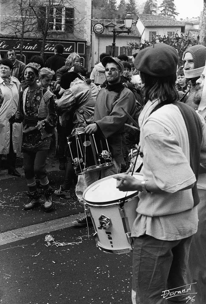 Au son de la sarabande le cortège avance joyeux et insouciant, Carmentran carnaval de la paille d'Aurillac 1996.