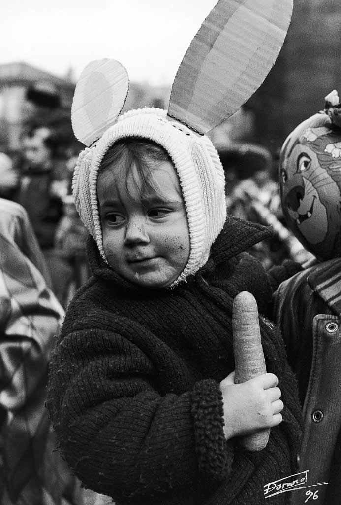 Un enfant déguisé en latin avec une carotte la main, Carmentran carnaval de la paille d'Aurillac 1996.