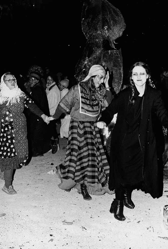 la fête se termine et la grande farandole dance sur les cendres de roi carnava,l Carmentran carnaval de la paille d'Aurillac 1996.