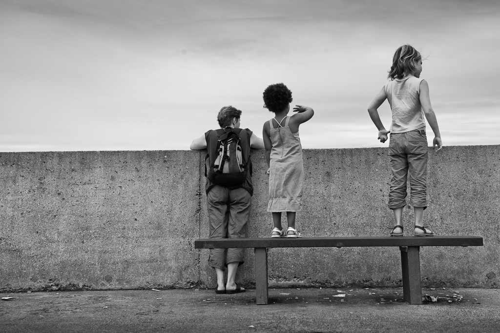Une famille regarde de l'autre coté du mur plage des Minimes La Rochelle