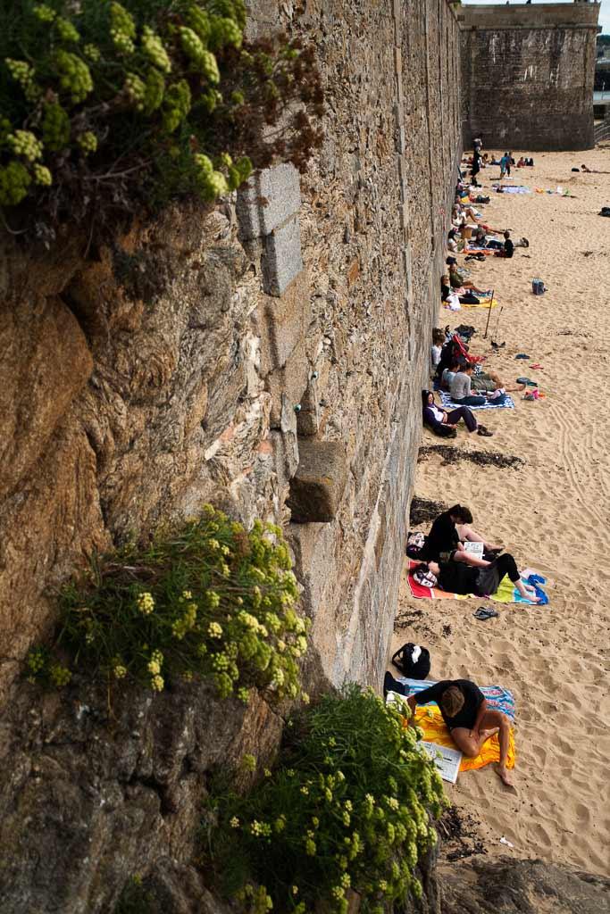 Vacanciers à l'abri des murs de Saint Malot