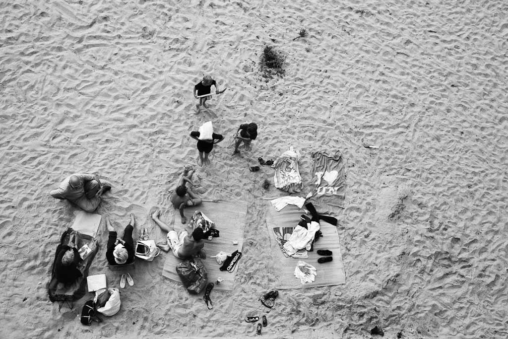 Famille à la plage vu du haut des remparts de Saint Malot