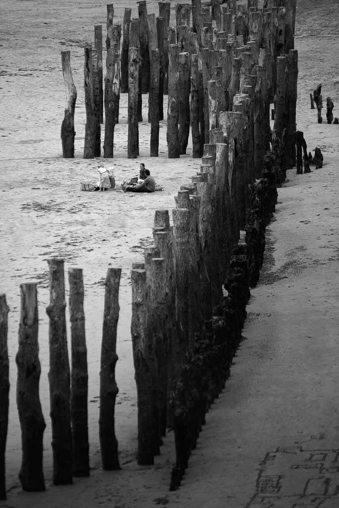 famille a la plage devant les brise lames Saint Malot