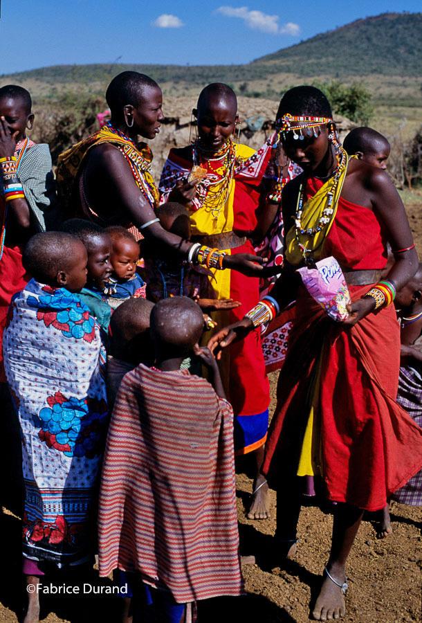 Distribution bonbons Village Masai Kenya