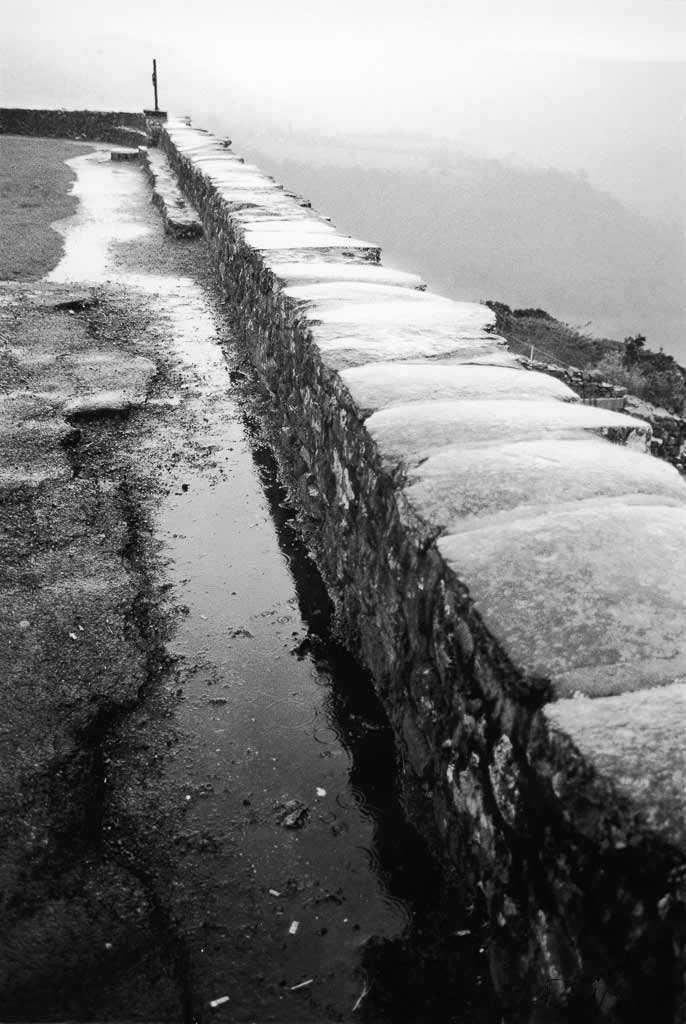 Esplanade sous la pluie Salers Cantal