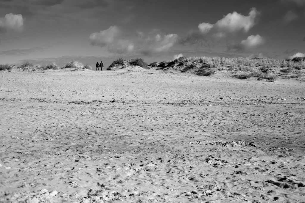 Couple marchant main dans la main à la sortie de la plage Montalivet