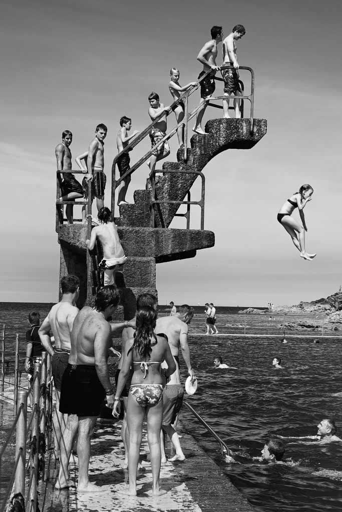 Une enfant saute du grand plongoir piscine d'eau de mer Saint Malot