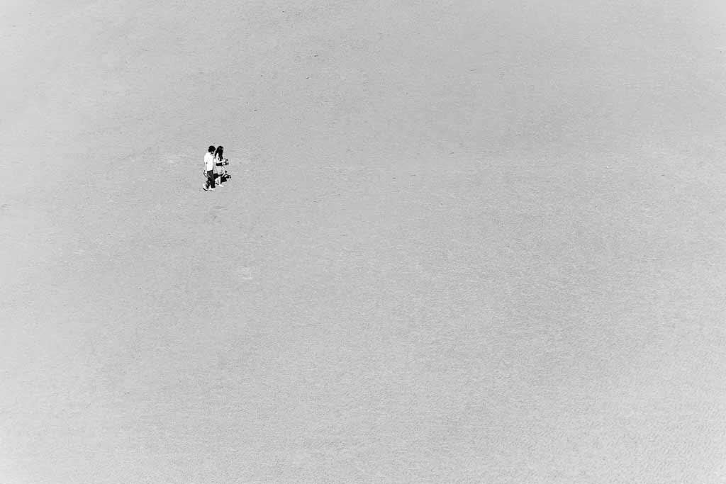 Un couple vu du haut des remparts du Mont Saint Michel