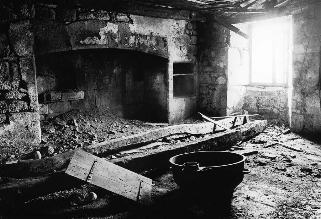 Intérieur vieux buron abandonné Cantal