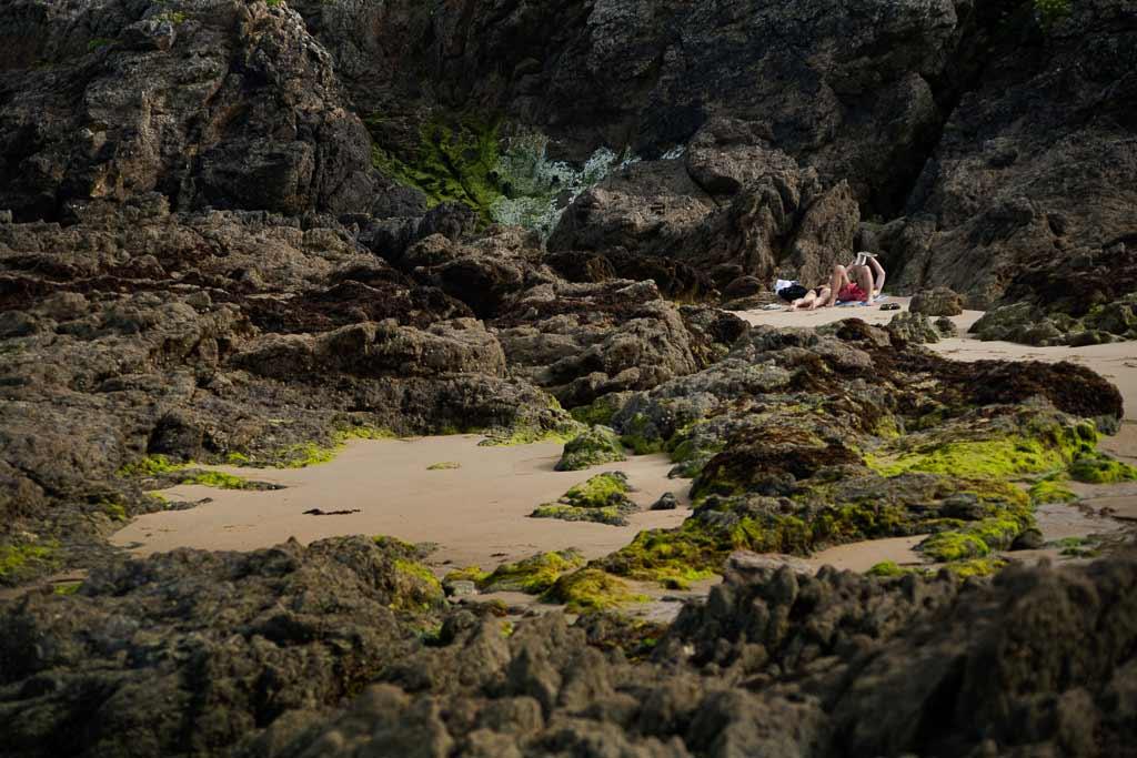 Un couple isolé sur un coin de sable dans les rochers Fouras