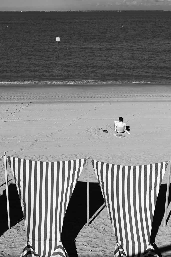Un homme bouquine seul face à la mer plage de Fouras
