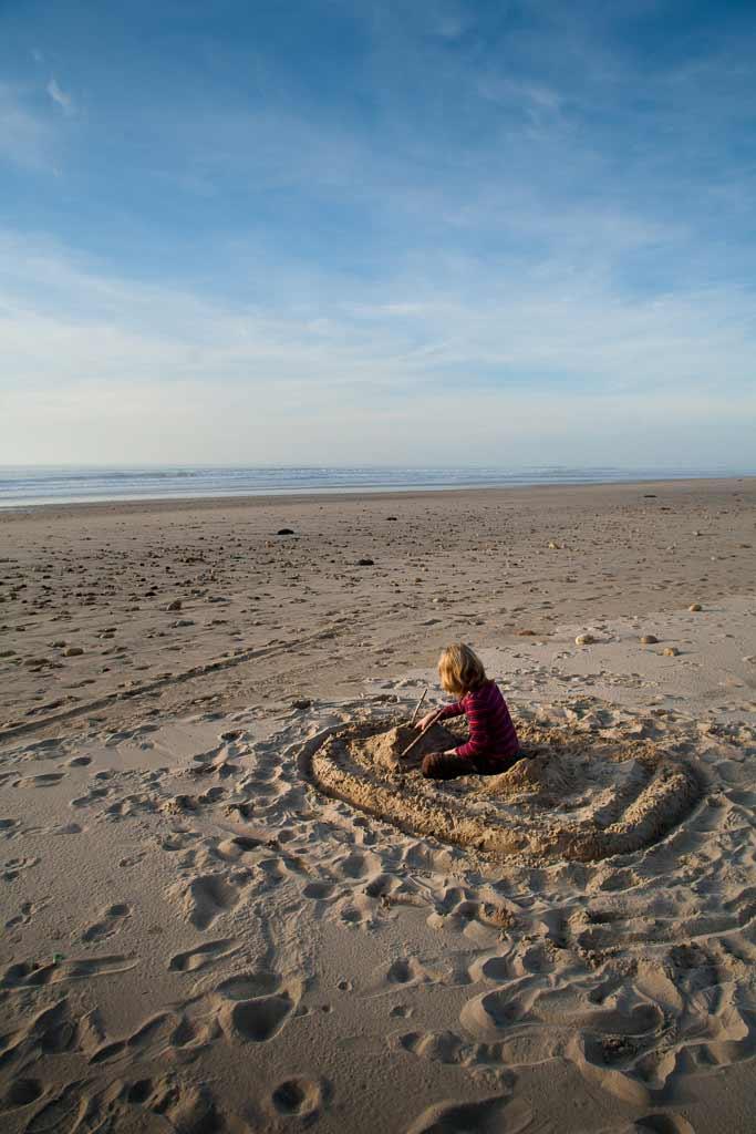 Un chateau de sable face à mer