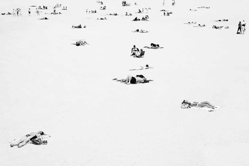 Bains de soleil sur la plage des minimes La Rochelle