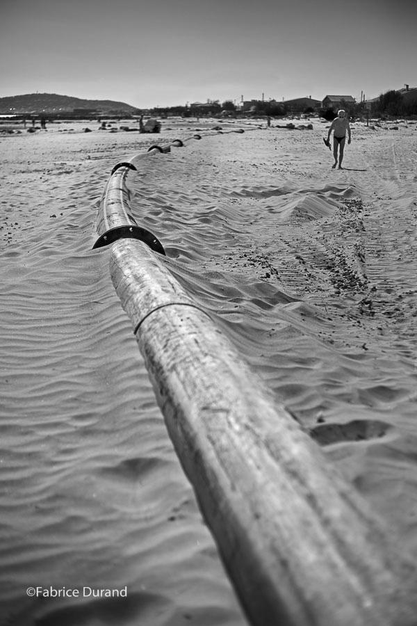 Tuyau disgracieux sur la plage de baignade