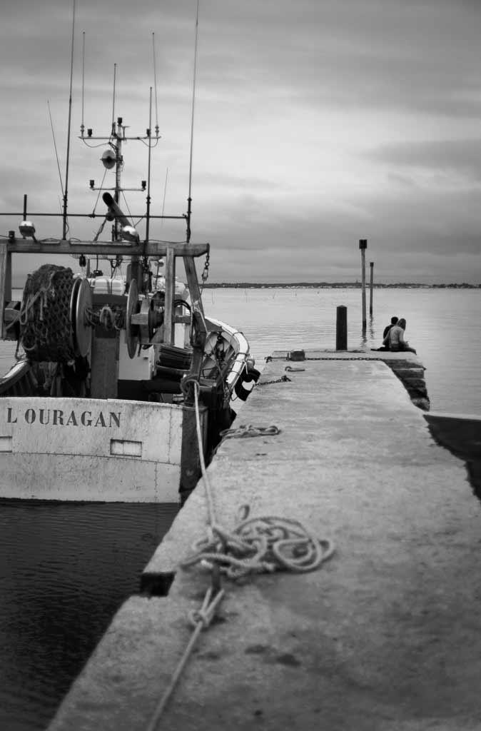 Couple près du bateau de pêche l'Ouragan Île d'Oléron