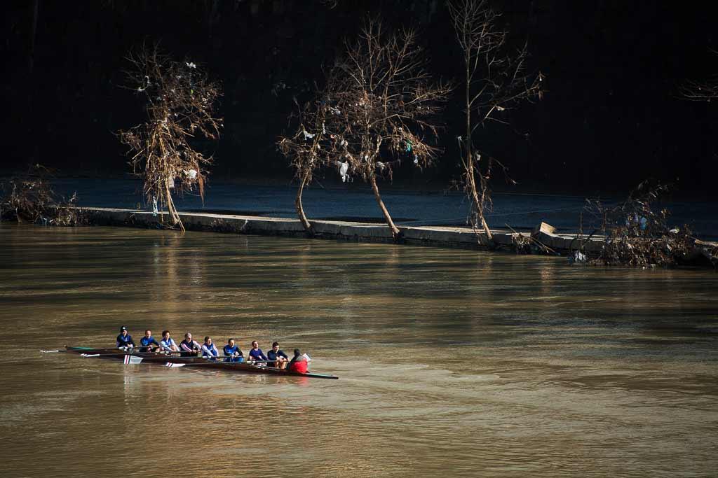 un bateau d'aviron sur Le Tibre pollué par des sacs plastiques