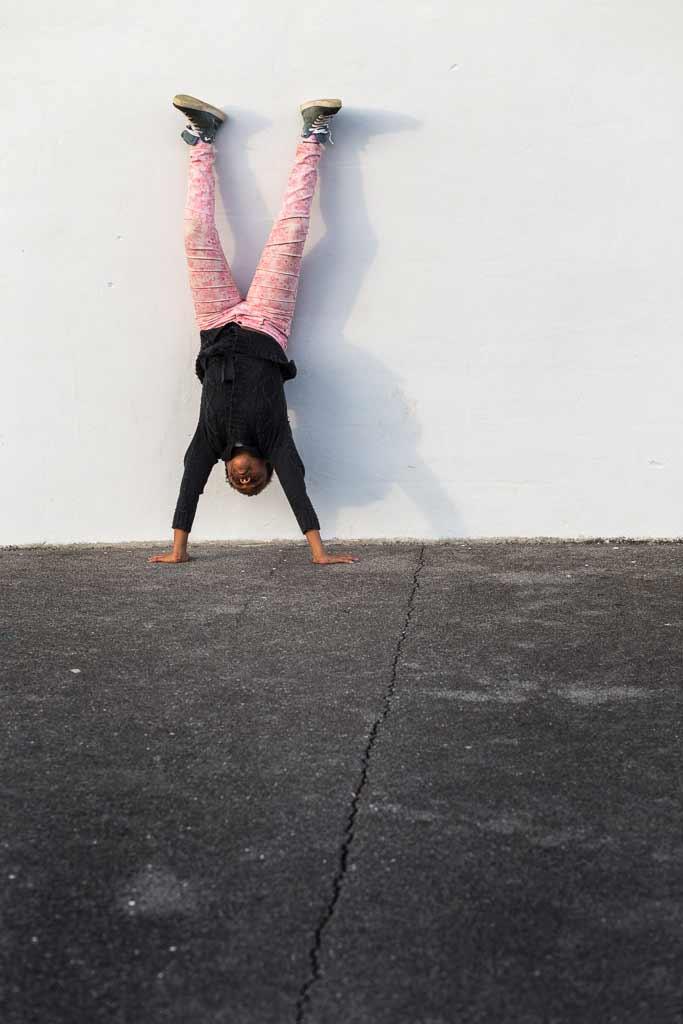 Enfant faisant l'équilibre