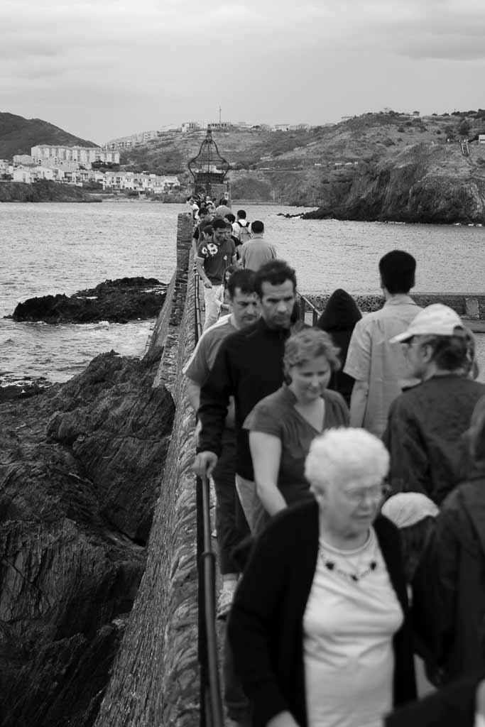 Foule compacte de touriste voulant allé à la pointe de la digue de Collioure.
