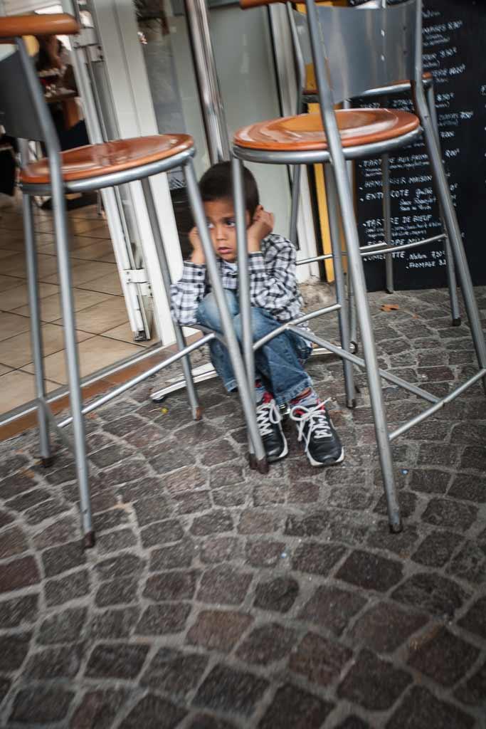 Un enfant effrayé ce cache sous une table