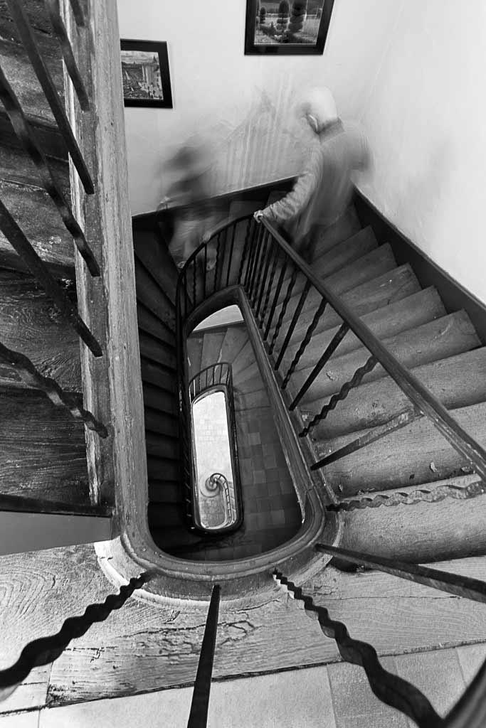 2 personnes dans un flou de mouvement descendent un escalier