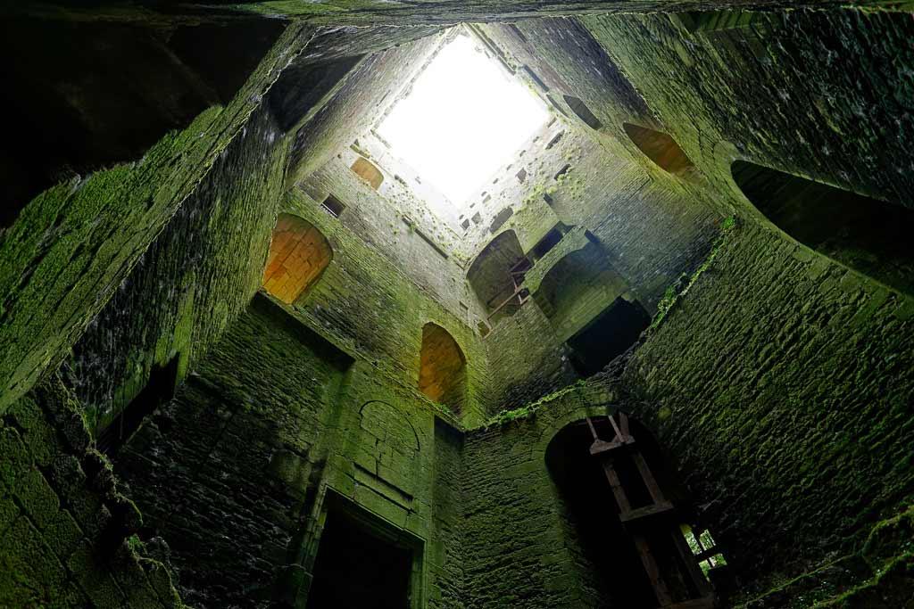 Contre plongé intérieur donjon de la Forteresse de Largoët