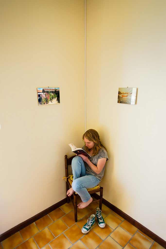 Lectrice dans un décors paréidolique
