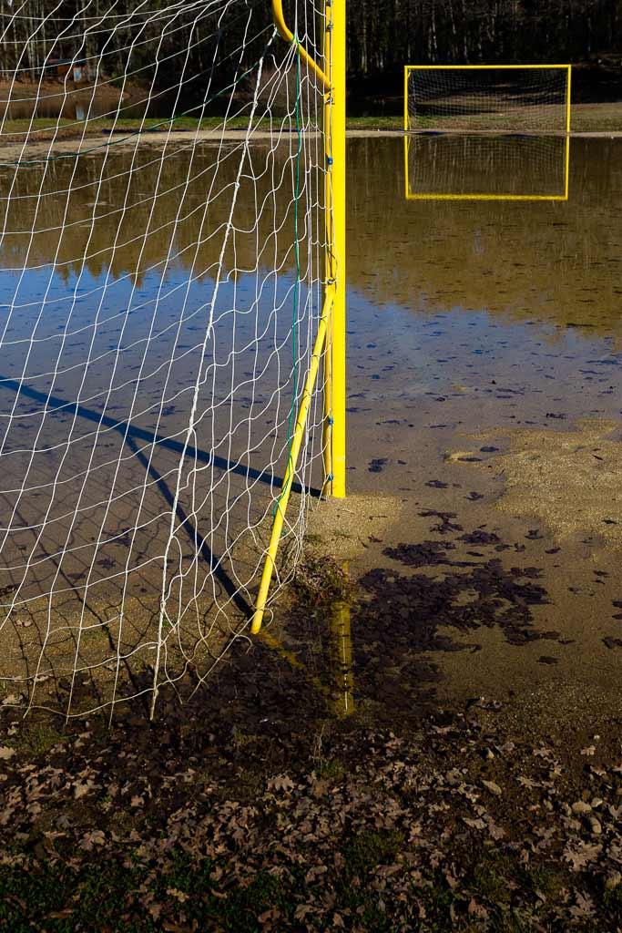 Jeux de reflet dans l'eau de 2 cages de foot
