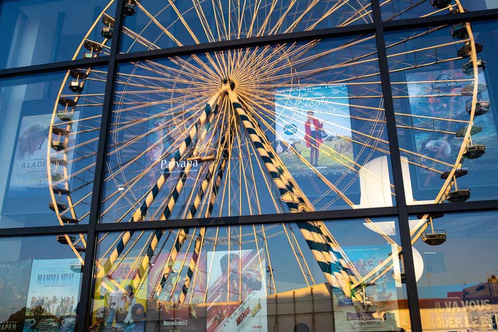 Reflet de la grande roue dans la vitrine d'un cinéma Rochefort