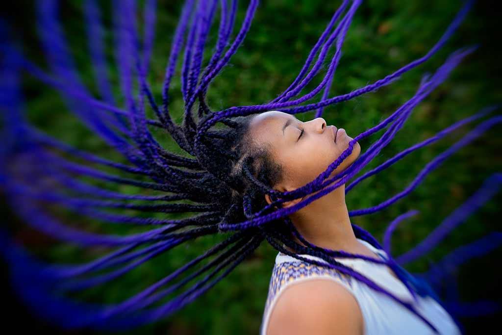 La jeune fille fait voler ces tresses violette au vent