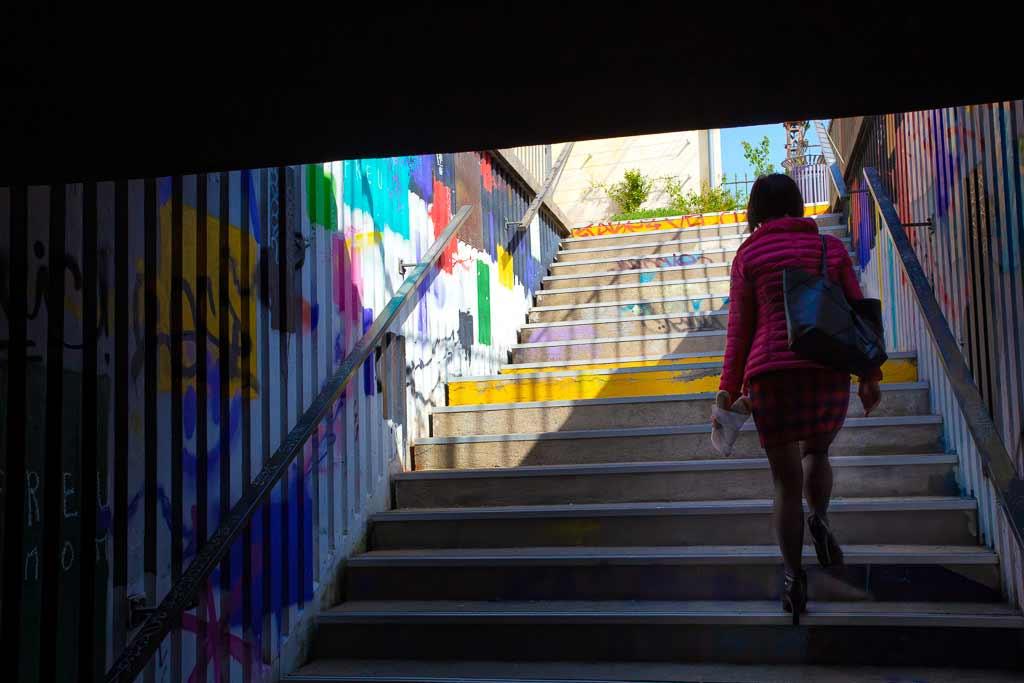 Femme en rose dans un Passage souterrain a Cahors