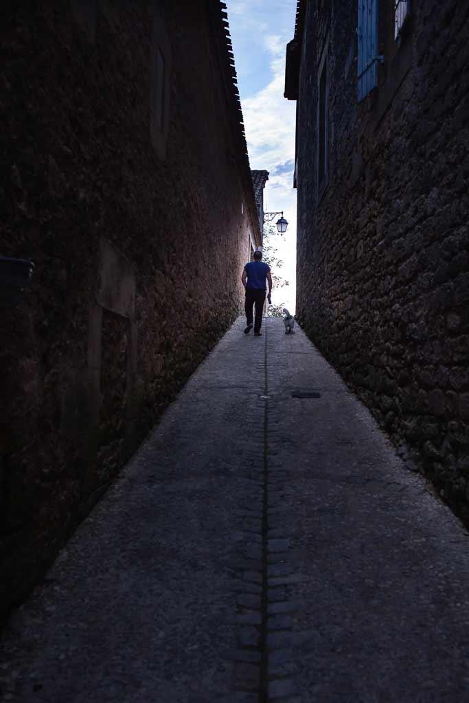 2 promeneurs retrouvent la lumière au fond d'une venelle