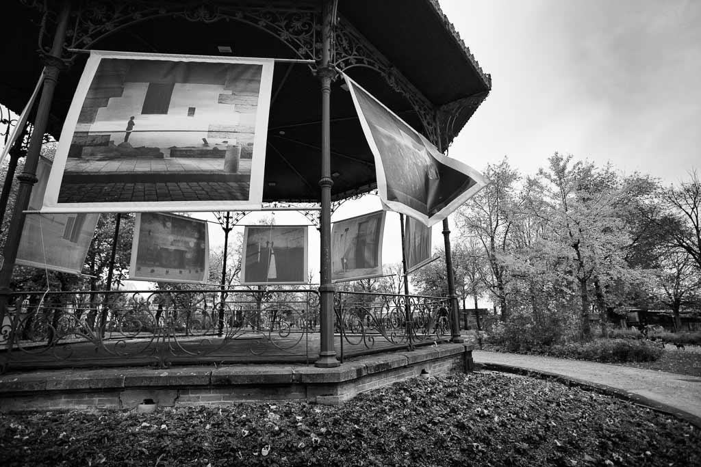 Une exposition de photos en extérieur flotte au grès des bourasques de vent RODEZ