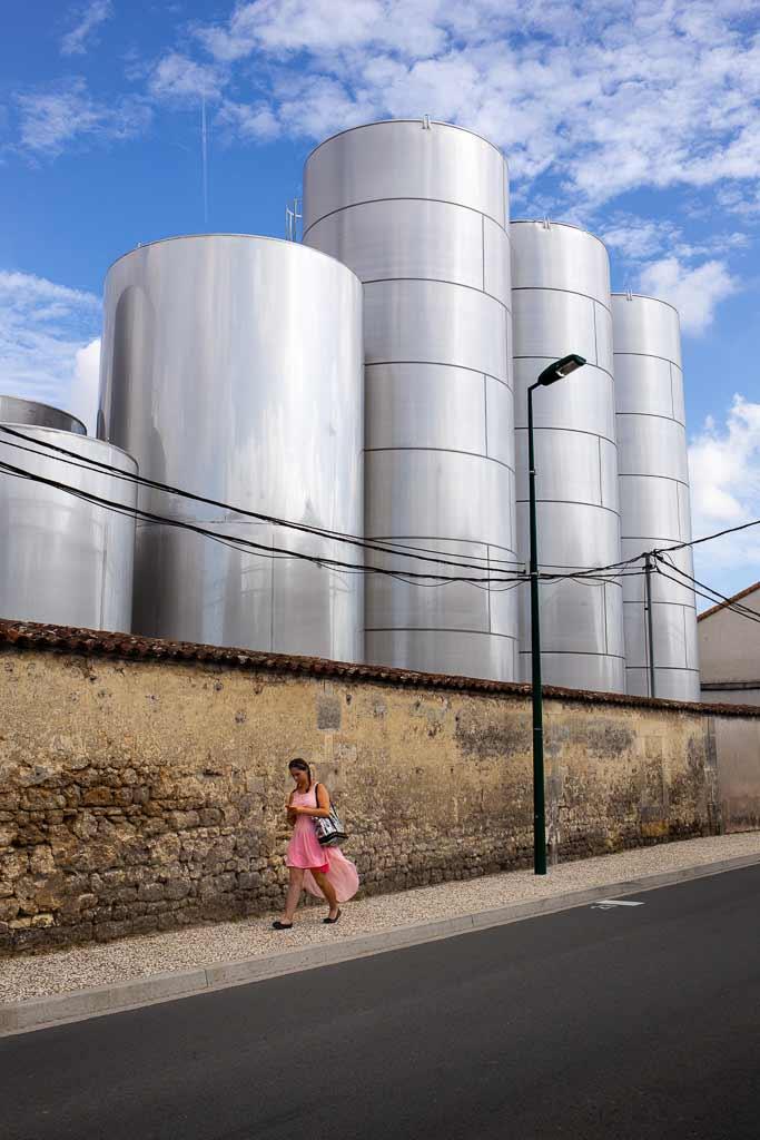 Un femme en robe rose dans un décors industriel
