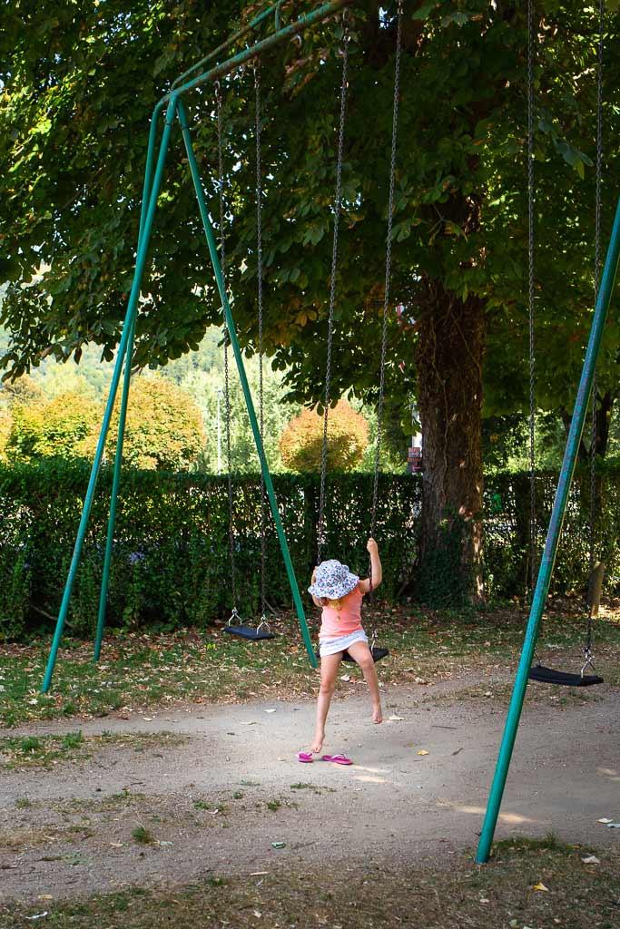 Un jour je serai grande - Une petite fille essai de descendre toute seul de la balançoire