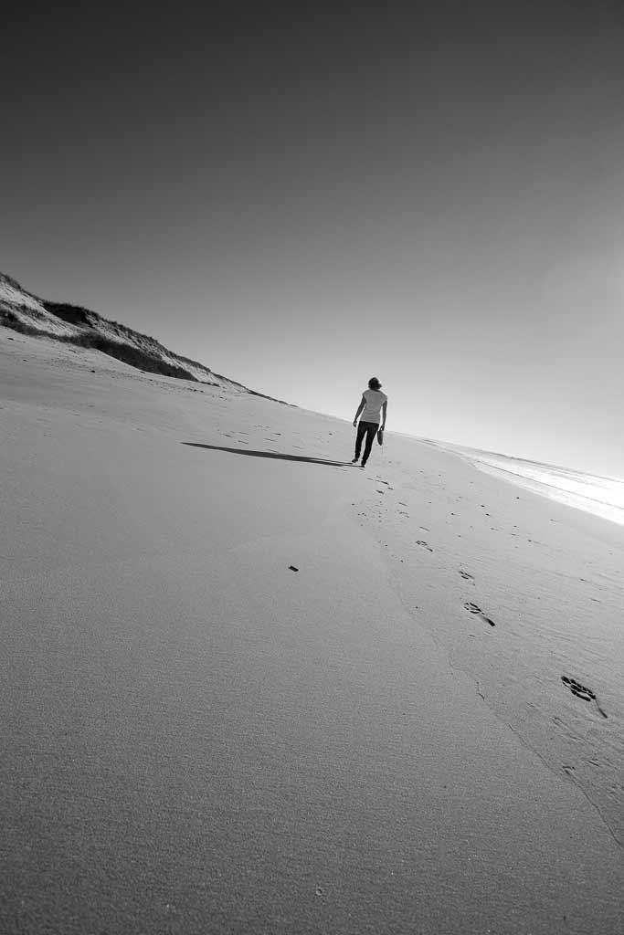 Une jeune fille marche seul sur la plage gironde
