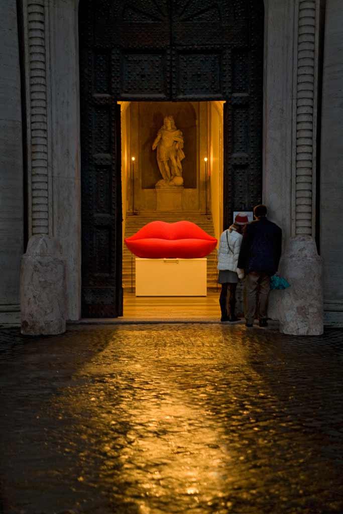 Un couple devant la Villa Medicis la nuit