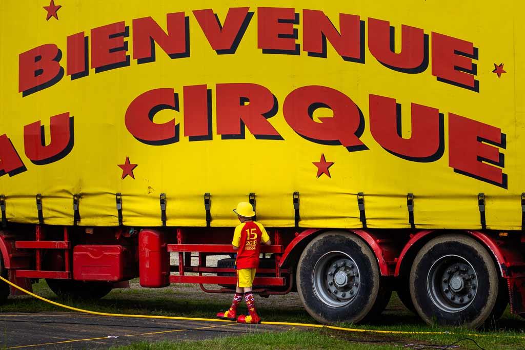 Cirque Garder son âme d'enfant - Un jeune clown attend son tour pour monter sur la piste