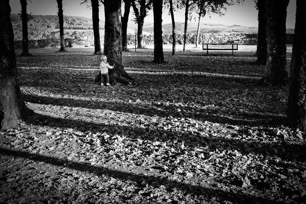 A l'âge ou tout est un jeux - Un petit enfant joue à cache cache esplanade de Salers Cantal