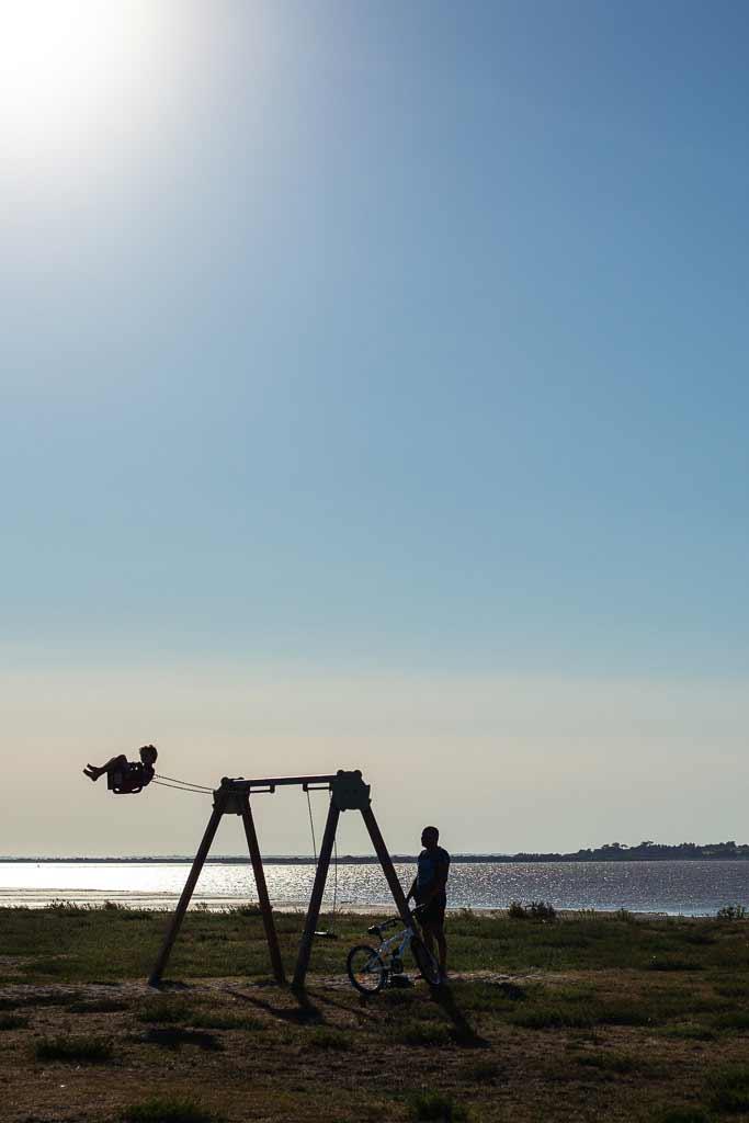 Aller plus haut ! Un enfant et son père font de la balançoire - Port des barques Vendée