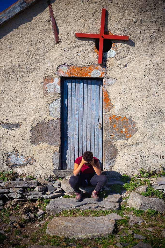 Jeune Randonneuse la tete dans les mains sur les marche d'un buron