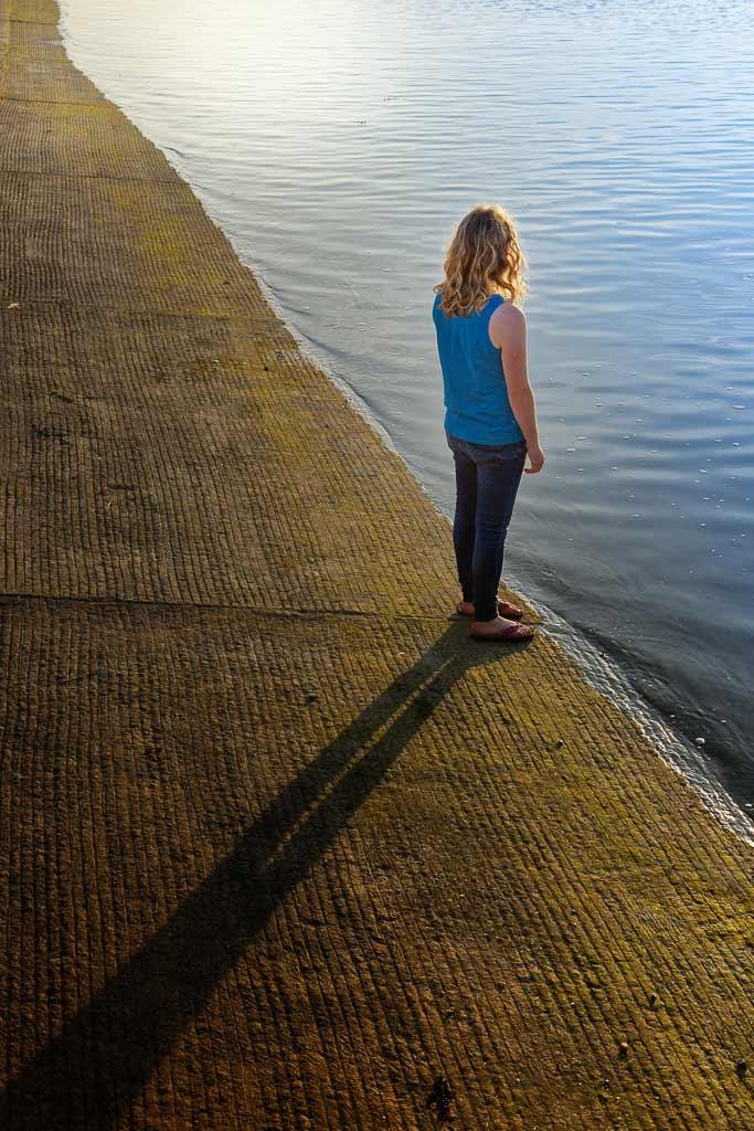 Jeune fille au bord de mer à Saint Cado au couché du soleil
