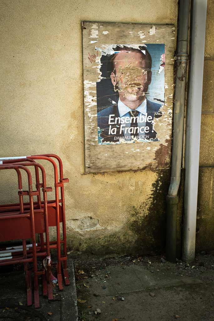 Peu de temps après les élections les affiches du gagnant sont détruite