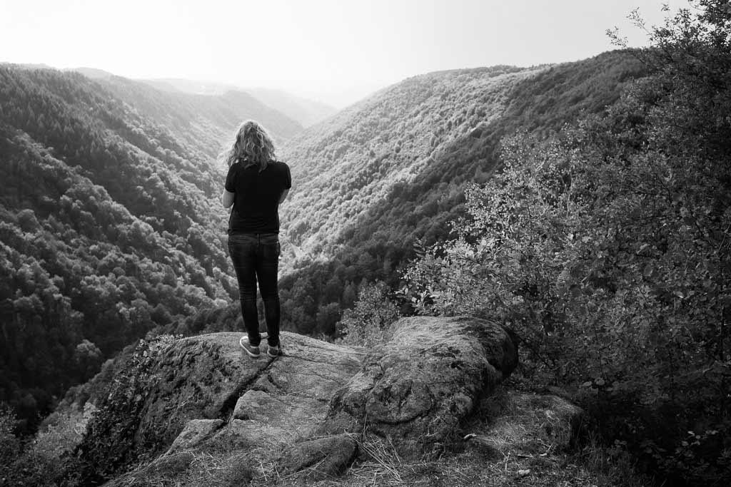 Jeune fille au sommet du rocher du peintre Cantal
