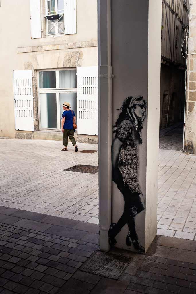 2 femmes se tournent le dos - Art dans la rue 2 Rochefort
