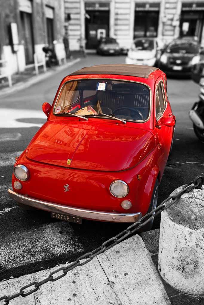 Une magnifique Fiat 500 portant le logo Ferrari